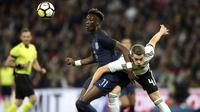 Striker Inggris, Tammy Abraham, berebut bola dengan bek Jerman, Matthias Ginter, pada laga persahabatan di Stadion Wembley, London, Jumat (10/11/2017). Kedua negara bermain imbang 0-0. (AP/Nick Potts)