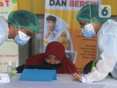Perawat medis menyiapkan fasilitas kunjungan para keluarga pasien yang mendapat perawatan di RSCM, Jakarta, Selasa (26/5/2020). RSCM Jakarta Pusat menyiapkan fasilitas kunjungan virtual bagi para keluarga untuk berkomunikasi langsung dengan pasien positif COVID-19. (merdeka.com/Imam Buhori)
