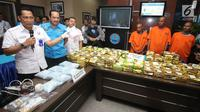 Kepala Badan Narkotika Nasional (BNN) Komjen Pol Budi Waseso (kiri) memberi keterangan saat menunjukkan barang bukti serta tersangka kasus penyelundupan narkotika di Jakarta, Rabu (27/9). (Liputan6.com/Immanuel Antonius)