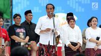 Presiden Joko Widodo memberi sambutan saat mengunjungi Festival Sarung Indonesia 2019, Plaza Tenggara Kompleks GBK, Jakarta, Minggu (3/3). Festival ini diikuti sejumlah perajin sarung tenun dari berbagai daerah. (Liputan6.com/Helmi Fithriansyah)