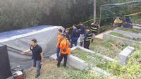 Tim Forensik Polda Jabar dan Inafis Polresta Bogor Kota membongkar makam, Hilarius Christian Event Raharjo (Liputan6.com/Achmad Sudarno)
