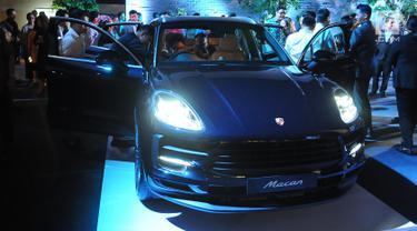 Pengunjung melihat New Porsche Macan saat peluncuran di Jakarta, Kamis (28/3). Bank DBS Indonesia memberi kesempatan ke nasabah DBS Treasures Private Client menjadi yang pertama dalam berpetualang dengan Porsche Macan sebagai salah satu cara untuk lebih menikmati hidup. (Liputan6.com/Angga Yuniar)