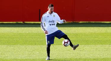 Penyerang Argentina, Lionel Messi mengontrol bola saat mengikuti sesi latihan tim di Ciudad Deportiva Antonio Asensio di Palma de Mallorca (12/11/2019). Argentina akan memainkan pertandingan persahabatan melawan Brasil di Riyadh dan Uruguay di Tel Aviv. (AFP/Jaime Reina)