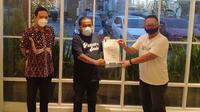 Kadisporapar Jateng, Sinoeng Nugroho Rachmadi (kanan) bersama Kepareng (ketua Panser Biru) dan Yoyok Sukawi (CEO PSIS), menunjukkan surat resmi perizinan penggunaan Stadion Jatidiri oleh PSIS. (Ofisial PSIS)