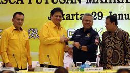 Ketua Umum Partai Golkar Airlangga Hartarto secara simbolis menyerahkan Kartu Anggota Partai Golkar kepada Ketua KPU Arief Budiman di DPP Golkar, Jakarta, Senin (29/1). (Liputan6.com/JohanTallo)