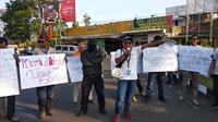 Para jurnalis Garut melakukan aksi solidaritas mengecam kekerasan yang dilakukan aparat terhadap wartawan dalam pengamanan aksi demo di beberapa daerah (Liputan6.com/Jayadi Supriyadin)