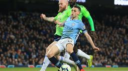 Aksi gelandang muda Man City, Phil Foden pada laga lanjutan Premier League yang berlangsung di Stadion Etihad, Manchester, Kamis (4/4). Manchester City menang 2-0 atas Cardiff City. (AFP/Oli Scarff)