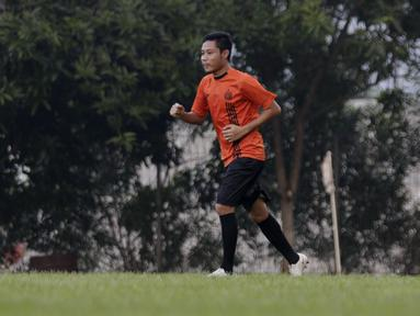 Pemain Persija Jakarta, Evan Dimas, melakukan latihan di Lapangan Sutasoma, Jakarta, Rabu(28/1/2020). Gelandang Timnas Indonesia ini menjalani latihan terpisah karena masih pemulihan cedera. (Bola.com/M Iqbal Ichsan)