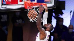 Pebasket Los Angeles Lakers, LeBron James, memasukkan bola saat melawan Houston Rockets pada gim kelima semifinal wilayah barat, Minggu (13/9/2020). Lakers menang dengan skor 119-96. (AP Photo/Mark J. Terrill)
