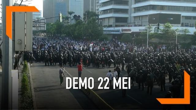 Aksi demonstrasi di depan gedung Badan Pengawas Pemilu kembali berlangsung. Rabu (22/5) pagi massa mulai memenuhi jalan MH. Thamrin Jakarta. Aksi ini dikawal ketat pasukan Brimob,