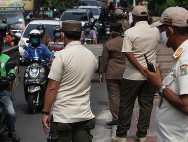 Petugas Satpol PP melakukan razia masker di Jalan Tanjung Duren Raya, Jakarta, Jumat (11/9/2020). Petugas Satpol PP gencar melakukan razia masker menyusul kasus COVID-19 di DKI Jakarta yang terus meningkat. (merdeka.com/Imam Buhori)