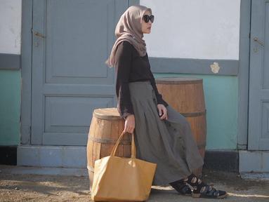 Di usianya yang ke-32 tahun, Zaskia Adya Mecca menyandang status ibu 3 anak setelah menikah dengan Hanung Bramantyo. Meski tak lagi muda, Zaskia dikenal dengan selera fashionnya yang modis dan unik. Zaskia mahir memadupadankan baju atasan, bawahan serta jilbabnya. (Liputan6.com/IG/@zaskiadyamecca)
