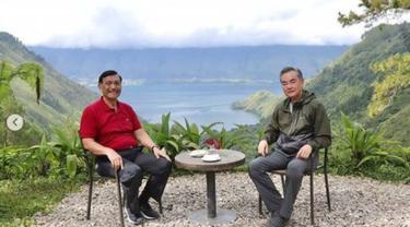 Menko Kemaritiman dan Investasi Luhut Binsar Pandjaitan dan Menlu China Wang Yi  di Danau Toba, Sumatera Utara