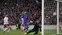 Proses terjadinya gol yang dicetak Andre Gomez ke gawang Valencia. Selain oleh Gomez, gol kemenangan Barca lainnya dicetak oleh Luis Suarez dan juga dua gol lain yang dibukukan oleh Lionel Messi. (AP/Manu Fernandez)