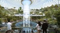 Air terjun dalam ruangan yang berada di Jewel Changi Airport (YouTube)