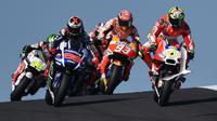 Rider Ducati Andrea Iannone sempat memimpin balapan pada awal lap pertama MotoGP Australia di Sirkuit Phillip Island, Minggu (18/10/2015). (Liputan6.com/PAUL CROCK / AFP)