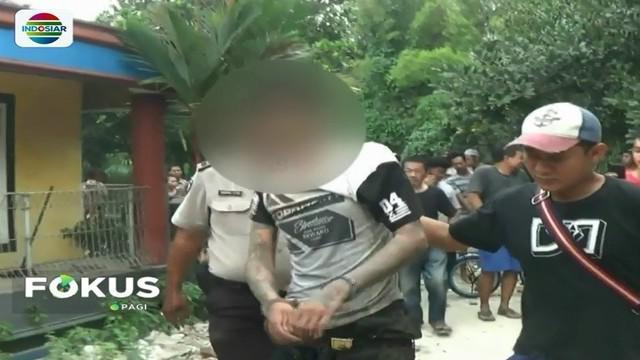Seorang residivis jambret babak belur karena tertangkap saat beraksi, lalu menjadi bulan-bulanan warga di Tangerang, Banten.