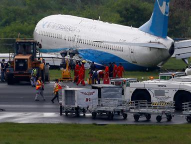 Pesawat maskapai China, XiamenAir tergelincir dari landasan saat melakukan pendaratan di bandara internasional Manila, Filipina, Kamis (16/8). Pesawat Boeing 737-800 itu berbelok dari landasan pacu karena hujan lebat terjadi. (AP/Bullit Marquez)