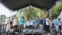Menteri Kelautan dan Perikanan Susi Pudjiastuti menyanyi bersama personel Slank, Kaka dan Ridho serta musisi Robby Navicula dalam rangkaian pawai Bebas Sampah Plastik di Taman Aspirasi Monas, Jakarta, Minggu (21/7/2019). (Liputan6.com/Immanuel Antonius)