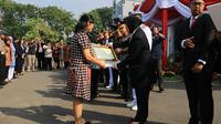 Wali Kota Surabaya Tri Rismaharini memberikan penghargaan kepada Aloysius Bayu Rendra dan korban bom di gereja Surabaya.