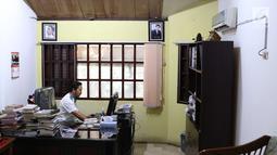 Seorang pekerja beraktivitas di kantor Lembaga Bantuan Hukum (LBH) Pers di kawasan Kalibata, Jakarta Selatan, Jumat (27/7). Lembaga Bantuan Hukum (LBH) Pers saat ini tengah dilanda persoalan pendanaan. (Liputan6.com/Immanuel Antonius)