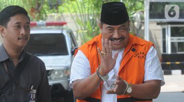 Kontraktor yang merupakan tersangka penyuap Bupati Indramayu, Carsa (kanan) tiba untuk menjalani pemeriksaan di Gedung KPK, Jakarta, Senin (21/10/2019). Carsa diperiksa terkait dugaan korupsi suap pengaturan proyek di lingkungan Pemerintah Kabupaten Indramayu Tahun 2019. (merdeka.com/Dwi Narwoko)
