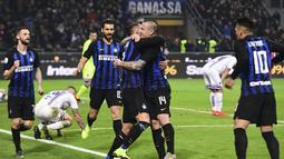 Selebrasi pemain Inter Milan atas gol pertama dari D'Ambrosio pada laga lanjutan Liga Italia Serie A yang berlangsung di stadion Giuseppe Meazza, Milan, Senin (18/2). Inter Milan menang 2-1 atas Sampdoria. (AFP/Miguel Medina)