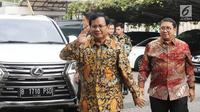 Ketua Umum Partai Gerindra Prabowo Subianto (kiri) saat tiba di Kantor DPP PKS, Jakarta, Senin (30/7). Kunjungan Prabowo ke DPP PKS untuk membahas hasil pertemuannya dengan Partai Demokrat. (Liputan6.com/Herman Zakharia)