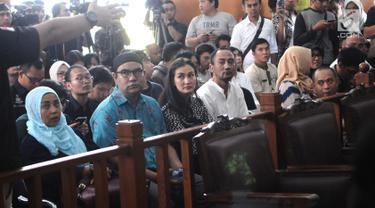 Artis Atiqah Hasiholan yang juga anak Ratna Sarumpaet (tengah) saat mengikuti jalannya sidang dakwaan perdana atas kasus penyebaran berita hoaks di Pengadilan Negeri (PN) Jakarta Selatan, Kamis (29/2). (Liputan6.com/Herman Zakharia)