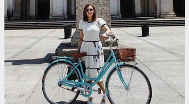 Saat tengah berlibur di Milan, Italia, penampilan Maia pun menarik perhatian publik. Dengan menggunakan casual dress berwarna putih dan detail hitam gaya Maia satu ini terlihat simpel namun tetap menawan. (Liputan6.com/IG/@maiaestiantyreal)