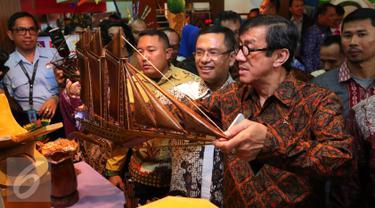 Menkumham Yasonna Laoly dan Menperin Saleh Husin melihat kerajinan tangan buatan Warga Binaan Pemasyarakatan saat Pameran Produk Unggulan Narapidana Tahun 2016 di Plasa Kemenperin, Jakarta, Selasa (19/4/2016). (Liputan6.com/Angga Yuniar)