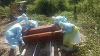 Foto : Salah satu PDP meninggal dunia di Labuan Bajo, Manggarai Barat dikuburkan sesuai protap covis-19 (Liputan6.com/Ola Keda)