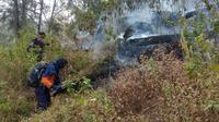 Tim pemadam saat berupaya memadamkan api kebakaran di Gunung Arjuno pada 29 September 2019 (Dok BPBD Kota Batu)