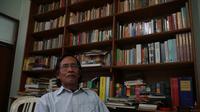 Mamat Sasmita (69), pendiri dan pemilik Rumah Baca Buku Sunda Jeung Sajabana. Rumah baca yang berada di Kota Bandung ini menyediakan buku berbahasa Sunda dan bahasa Inggris serta Belanda. (Liputan6.com/Huyogo Simbolon)