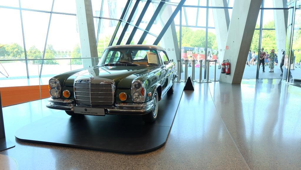 Mercedes-Benz 280 SE 3.5 (W111), terpajang persis setelah pintu masuk museum. Mobil yang cukup ikonik ini tercatat telah melaju sampai 87 ribu km. Mobil ini dibuat antara 1959 sampai 1971. (Foto: Rio/Liputan6).
