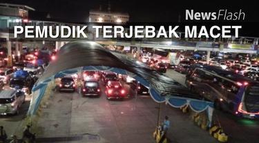 Pemudik kendaraan roda empat yang akan menyeberang melalui Pelabuhan Merak menuju Pelabuhan Bakauheni Lampung terjebak macet hingga dua jam.