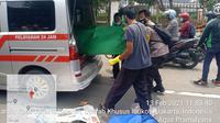 Penyeberang jalan, meninggal dunia setelah tertabrak sepeda motor di Jalan Lenteng Agung Raya, Jakarta Selatan, Sabtu (13/2/2021). (dok Polres Metro Jakarta Selatan)