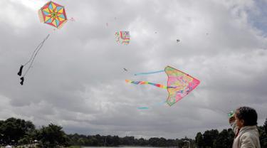 Orang-orang menerbangkan layang-layang selama festival musim panas di taman Simon Bolivar, Bogota, 12 Agustus 2018. Menikmati musim panas, menerbangkan layang-layang tetap menjadi kegiatan utama yang harus dilakukan. (AFP PHOTO/John VIZCAINO)