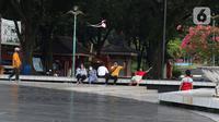 Pengunjung beraktivitas di Taman Mini Indonesia Indah (TMII), Jakarta, Rabu (7/4/2021). Kementerian Sekretariat Negara secara resmi mengambil alih pengelolaan dan pemanfaatan TMII dari Yayasan Harapan Kita yang sudah dikelolanya hampir 44 tahun. (Liputan6.com/Herman Zakharia)