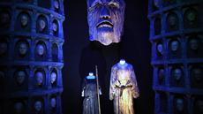 """Kostum-kostum pemain serial Game of Thrones dipamerkan selama """"The Game of Thrones Touring Exhibition"""" di Belfast's Titanic Exhibition Centre, Irlandia utara pada 10 April 2019. Pameran ini terdiri dari kostum, alat peraga dan kostum otentik dari tujuh musim. (AP Photo)"""