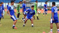 Victor Igbonefo saat berlatih bersama Persib Bandung. (Bola.com/Erwin Snaz)