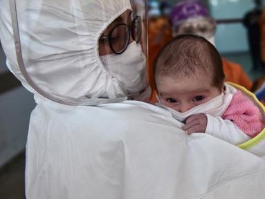 Petugas medis menggendong bayi berusia 45 hari di Rumah Sakit Prof. Cemil Tascioglu Okmeydani di Istanbul, Turki, Senin (12/5/2020). Bayi itu keluar dari unit perawatan intensif (ICU) rumah sakit tersebut pada Selasa (12/5) setelah menjalani perawatan infeksi COVID-19 selama sembilan hari. (Xinhua)