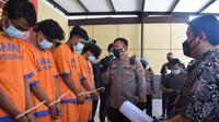 Pelaku pengeroyokan diamankan di Polresta Sidoarjo. (Dian Kurniawan/Liputan6.com)