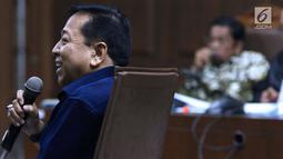 Mantan Ketua DPR, Setya Novanto (kiri) menjawab pertanyaan JPU KPK saat menjadi saksi pada sidang lanjutan dugaan suap pembangunan PLTU Riau-1 dengan terdakwa Idrus Marham di Pengadilan Tipikor, Jakarta, Selasa (19/2). (Liputan6.com/Helmi Fithriansyah)
