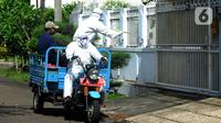 Petugas melakukan penyemprotan disinfektan di kawasan pemukiman Bukit Cinere Indah, Cinere, Depok, Jawa Barat (4/12/2020). Penyemprotan secara swadaya mandiri warga dilakukan untuk mencegah dan memutus mata rantai penyebaran COVID-19, terutama penyebaran klaster keluarga. (merdeka.com/Arie Basuki)