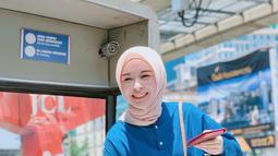 Potret Ayana saat di Central Market Kuala Lumpur. Ayana tampil dengan nuansa pastel, perpaduan jilbab coklat muda dan baju biru serta rok yang senada membuat gaya casual Ayana terlihat mempesona (Liputan6.com/IG/xolovelyayana)