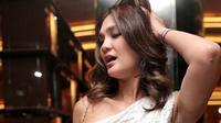 Perempuan kelahiran Denpasar 34 tahun silam tampil cantik mengenakan gaun warna putih. Sedangkan sang kekasih tampak gagah dengan batik. Tiba sekitar pukul 19.30 WIB. (Adrian Putra/Bintang.com)