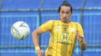 Gavin Kwan Adsit siap bermain di tiga posisi bersama Barito Putera. (Bola.com/Iwan Setiawan)