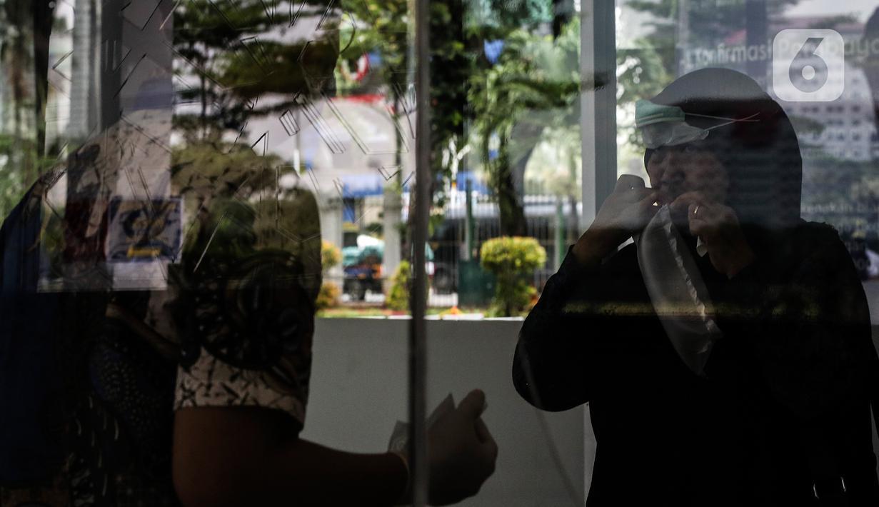 Calon penumpang kereta api melakukan tes deteksi COVID-19 dengan metode GeNose C19 di stasiun Gambir, Jakarta, Senin (12/2/2021). Mulai 15 Februari 2021, Stasiun Gambir mulai menerapkan layanan pemeriksaan GeNose C19 untuk penumpang yang hendak berpergian keluar kota. (Liputan6.com/Johan Tallo)