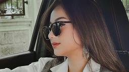Tak hanya tampil anggun, di beberapa momen wanita 25 tahun ini juga tampil menawan dengan mamakai kacamata hitam yang kekinian. Gayanya yang trendi ini berhasil mencuri perhatian publik. Meski terkesan simpel, tetap membuat Glenca Shysara terlihat keren.(Liputan6.com/IG/@glencachysaraofficial)